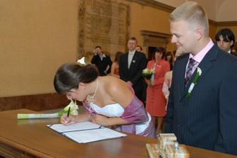 první podpis - třásla se mi ruka, takže to vypadá jak z první třídy...