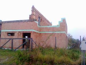23.10.2010.Vence na dve nižšie strechy hotové.