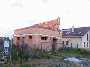26.10.2010 dokončili vence na druhú strechu.3.11.prídu tesari.