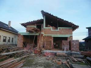 Dom zozadu.Chýba ešte malá strecha nad jedáleň.