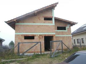 dom po učesaní strechy