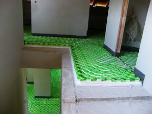 Hady na prízemí aj na poschodí.