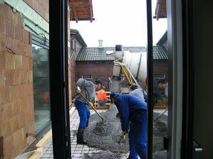 Začíname betónovať, začína aj  pršať.Bracho,ocino a Janko. Kým skončili vodu mali aj v kostiach.