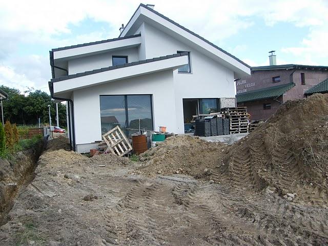 Nový domov II - vykopané, len sme museli dávať pozor na kvietky našej susedky.
