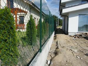 Pletivo natiahnuté. 15.8. začíname murovať múriky oplotenia pred domom.