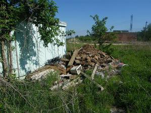 kopy neporiadku urobili neznámi, ktorí tam začali vyvážať smeti