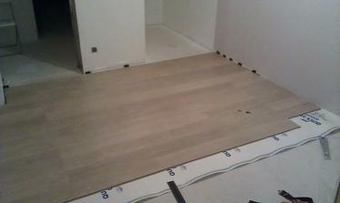 Podlaha v spálni, ale bude rovnaká v celom dome.