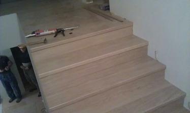 8.10.schody obložené, a plávajúce podlahy v celom dome položené. Chýbajú ešte lišty.