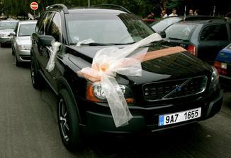Tak přesně takové auto a výzdobu má ženich :D
