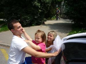 Svědkyně a svědek zdatně zdobili auta, Miška jim dopřávala trochu zpestření :-D