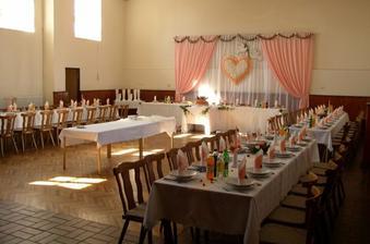 Druha moznost - kulturny dom Kostoliste. Mali pripravenu svadbu, takze sme videli aj ako sa da urobit vyzdoba. Celkom pekne, nie?