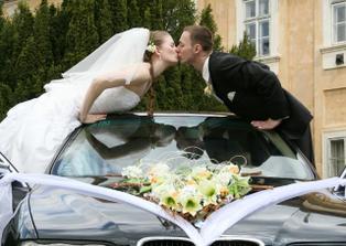 Sladka pusa cez kapotu....:)