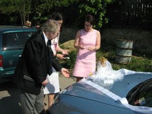Dozdobování auta.