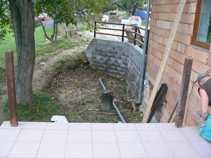 Pohled z terasy - u zídky plánujeme venkovní krb a posezení ... z terasy povedou schody