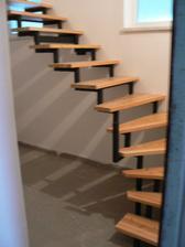 Hurá, konečně máme schody. Sice jen z přízemí do garáže, ale i to je pokrok :o)