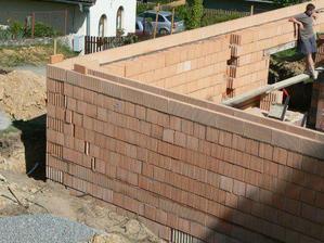 Máme připraveno na věnec ... na ten po vyzrání betonu přijdou panely a můžeme pokračovat dál do výšky :o)