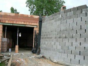 """Naše """"hladová zeď"""" :o) ... opěrná u vjezdu do garáže"""