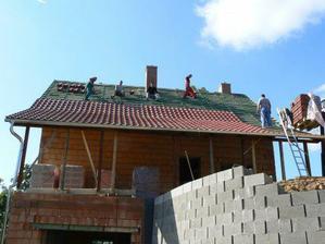 26.9. ... začínáme pokrývat střechu