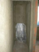 Horní naomítaný záchod, vpravo koupelna