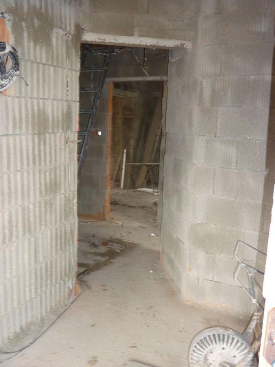 Pohled od vchodových dveří dovnitř .... předsíň, vlevo schodiště, vpravo koupelna, rovně kuchyň (a z kuchyně se jde doprava do obýváku)