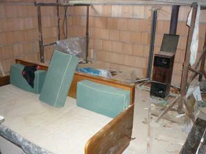 Zimní sídlo pracantů :o). Budoucí kotelna v garáži. Jak se postavily příčky, usadily se jedny dveře a do druhých dalo kus hadru, tak je tam teploučko jak v pokojíčku, když se poctivě přikládá :o)