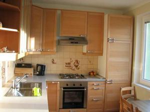 Takhle uspořádnou kuchyň chci, akorát světlé dřevo (zřejmě buk) a obklady černé