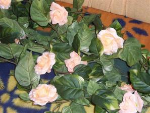 listové girlandy som si objednala a k tomu dva druhy ružičiek, tie som tam popripínala a bude to okolo dverí do reštaurácie