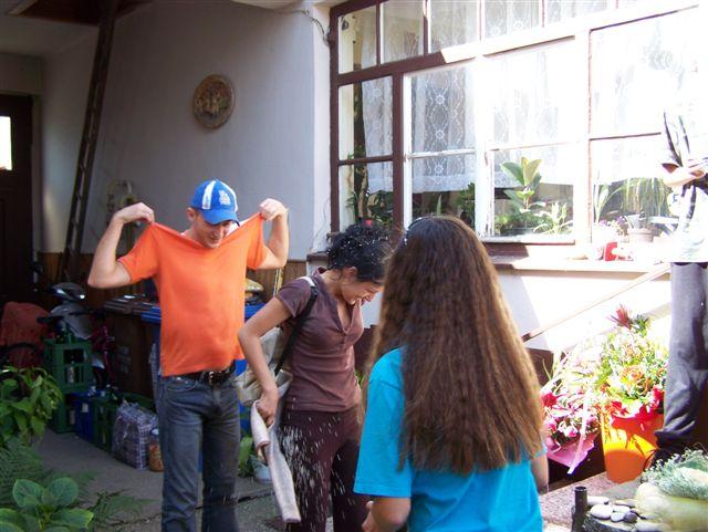 Veronika Totková{{_AND_}}Marek Fajnor - a tu jed druhý deň po svadbe, kde nás zahádzali u maminy ryžou, :O)