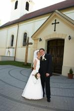 Mladomanželia pred kostolíkom