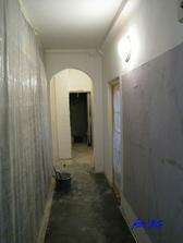 máme 2 chodby - pohľad do väčšej, tu majstri opravovali stenu, oblúky, búrali zárubňu do kúpelne a kládli dlažbu