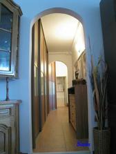 Pohľad cez chodbu na nove dvere do kúpelne