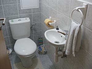 drziak na toaletny papier a uterak na zachode (november 2009)