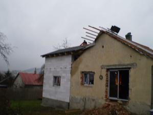 domeček už s okny (okno vedle balkonovek jsme později zrušili a ve finále jsou tam také balkonovky :-)