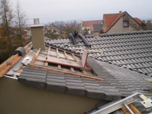 náš komín a skoro hotová střecha