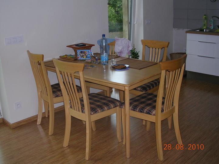 Jídelní stůl se s námi stěhuje už poněkolikáté (a snad naposledy)