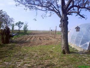 2009 uzitkova cast zahrady,a za nou vyrovnany pozemok a cerstvo zasadena trava,dnes sa tam pasu ovce