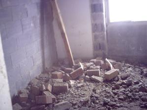 ...povodna kotolna-povodna stena vyvurana,priecka posunuta-dnes je tu docasny obyvacka