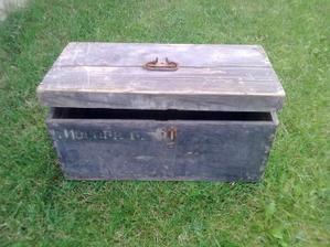 ...stary vojensky kufor sme nasli na povale,patril bratovi manzelovho starkeho otca