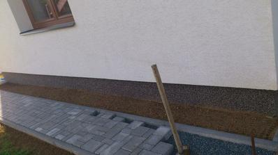 Dodělaný chodník...jsem si vymyslela malinký záhonek, jen nevím co tam bylinky... zakreslé dřeviny...trávu...