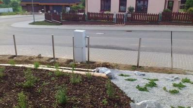 Začínáme betonovat sloupky k plotu...