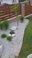 Začínám s oddělováním záhonků od trávy....
