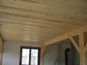 strop jedáleň , obyvačka , kuchyňa hotovo, ešte natrieť trámy