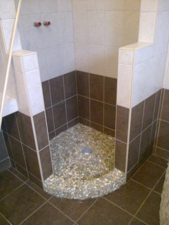 Urob si sám , montovaný dom - sprchový kút , lepila som kamienky