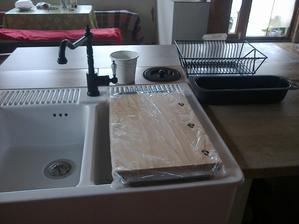batéria moja vysnívaná , odkvapkávač na riad , drevená doska , pvc sito , a nádobka na príbor