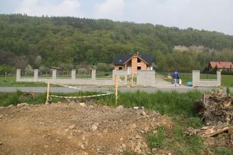 hotová zítka ještě chybí plotové pole,brána a branka