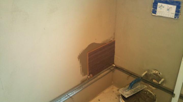 Bungalov 100 - interiér - Prvá obkladačka v kúpelni.