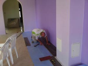 Začíname pokladať podlahu.