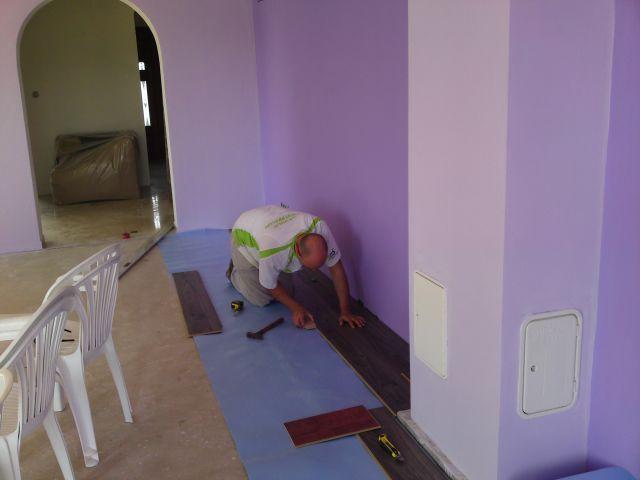 Bungalov 100 - interiér - Začíname pokladať podlahu.