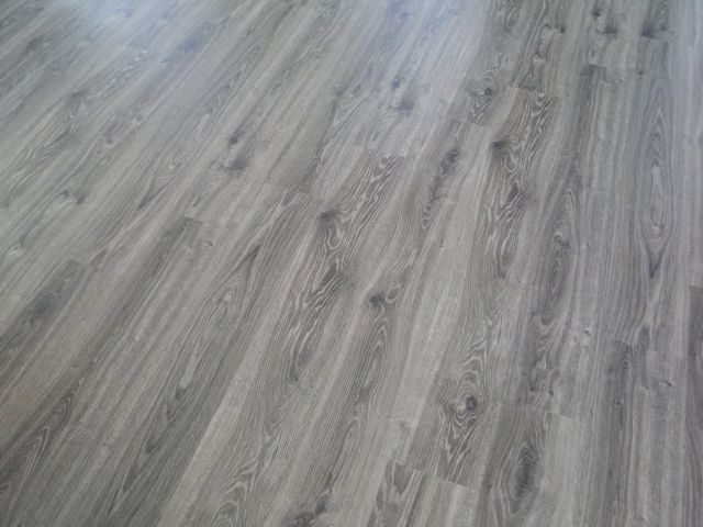 Bungalov 100 - interiér - Podlaha v obývačke.