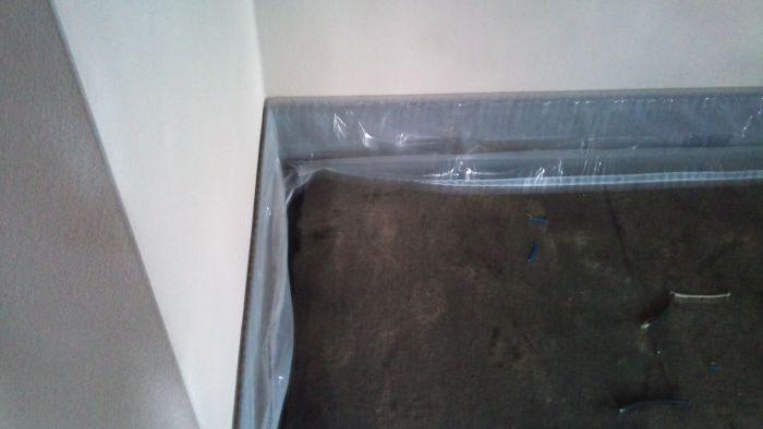 Bungalov 100 - interiér - Začíname lepiť okrajovú izolačnú pásku